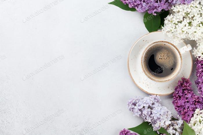 Bunte lila Blumen und Kaffeetasse