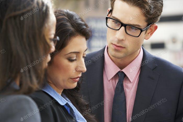 Geschäftsmann und Geschäftsfrauen mit Diskussion in Straße