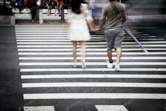 Fußgängerübergang und Fußgänger auf der Straße