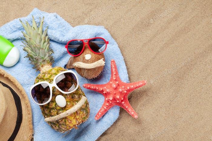 Ananas und Kokosnuss mit Sonnenbrille