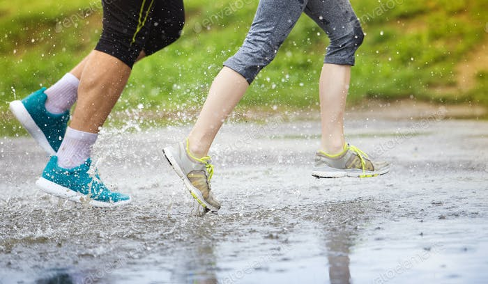 Paar läuft bei Regenwetter