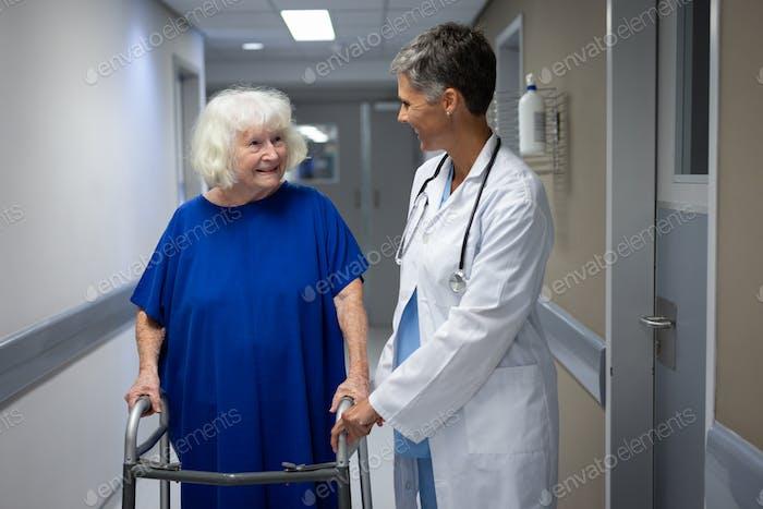 Reife Ärztin im Gespräch mit einem älteren kaukasischen Patientin in der Klinik im Krankenhaus