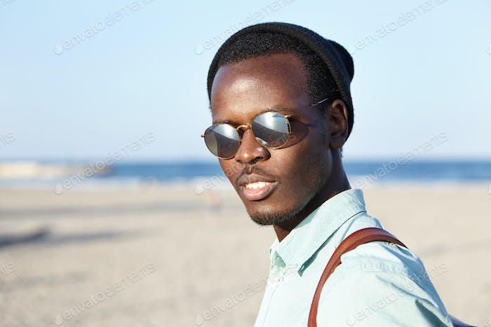 Gente, moda, estilo de vida y concepto de viaje. Disparo de verano al aire libre de moda joven Afro America