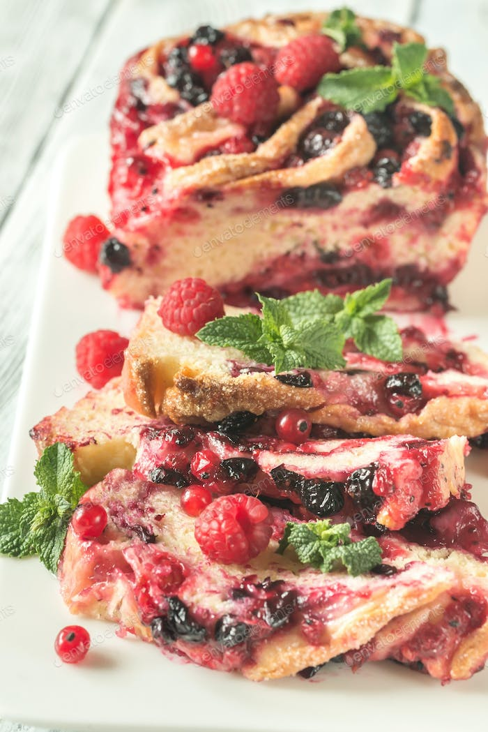 Cake with black and red currant
