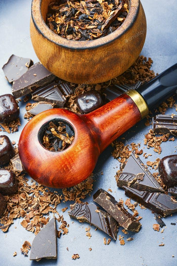 Трубка для курения с шоколадным табаком.