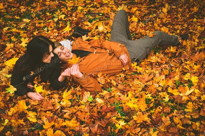 Schönes Paar im Herbst Park