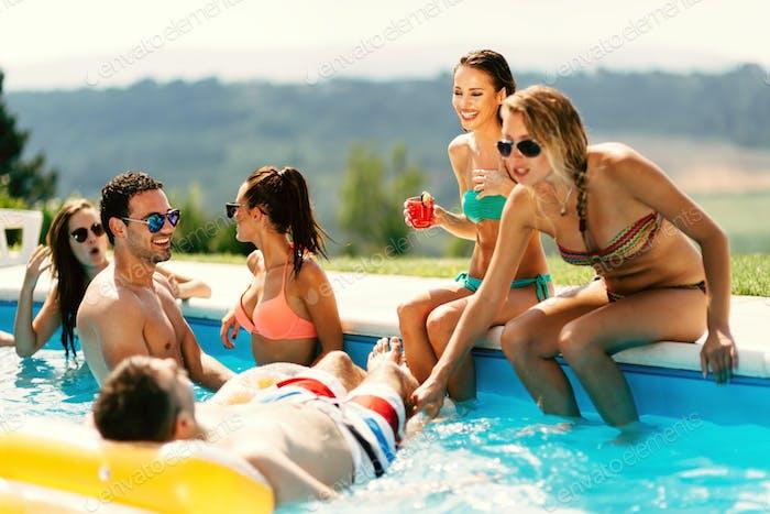 Freunde genießen Urlaub