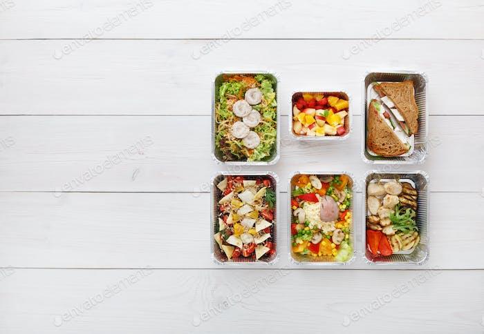 Gesundes Essen zum Mitnehmen in Kisten, Draufsicht auf Holz