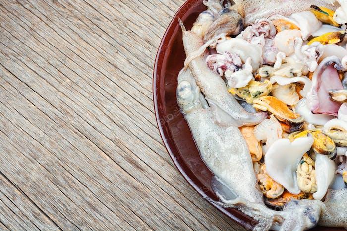 Rohe Meeresfrüchte mit frischen Muscheln