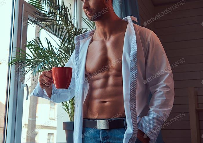 Porträt eines großen bärtigen Männchens mit einem muskulösen Körper.
