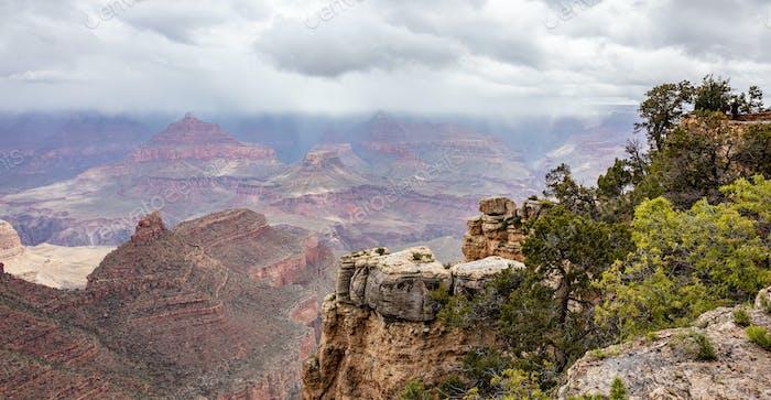 Grand Canyon, Arizona, Vereinigte Staaten von Amerika. Blick auf die roten Felsen, bewölkt Himmel Hintergrund