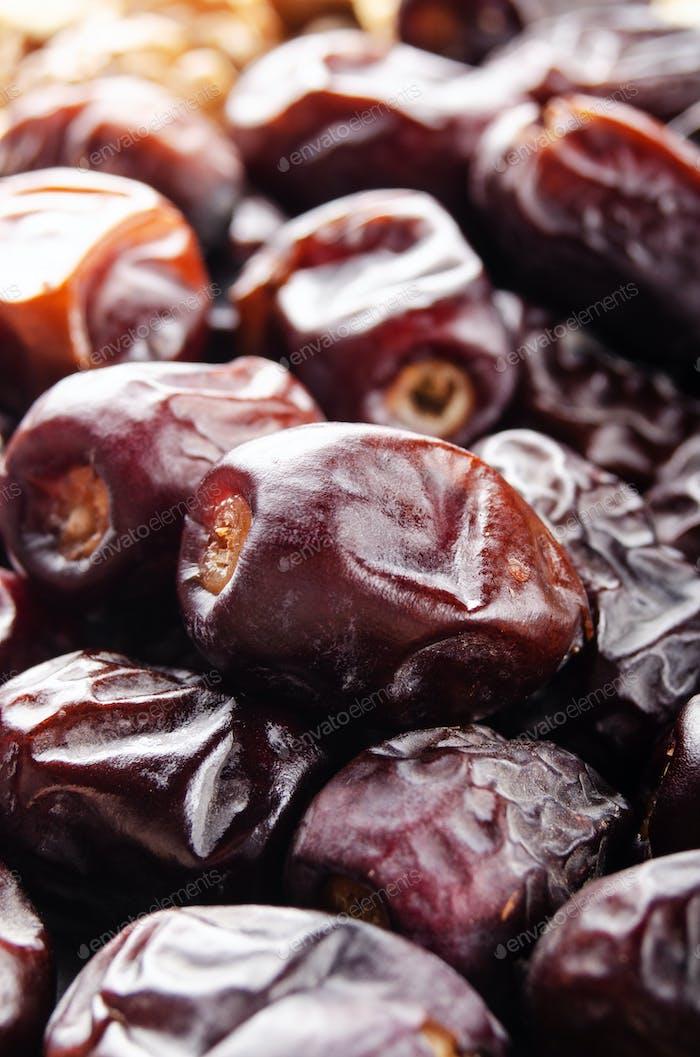 Haufen von getrockneten Datteln Früchte auf Küchentisch. Gesunde nahrhafte antioxidative natürliche Süßstoffe