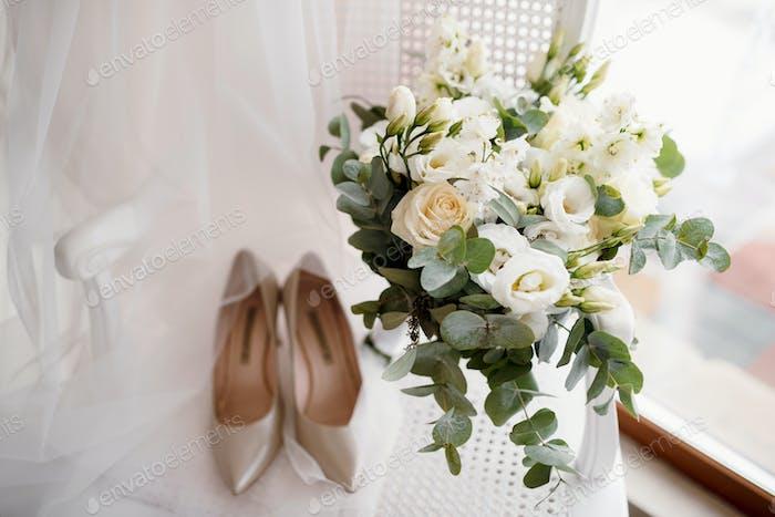 элегантный свадебный букет из свежих натуральных цветов