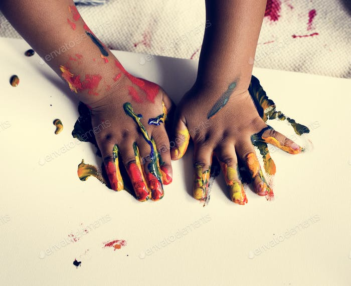 Manos con pintura a color