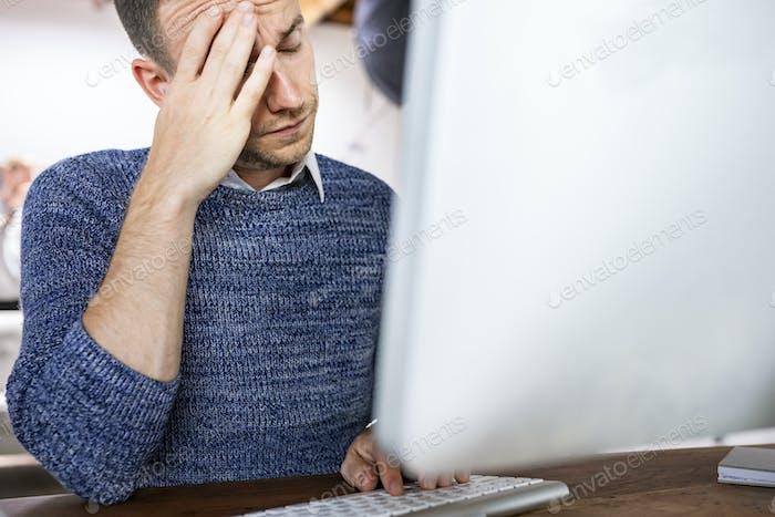 Hombre de negocios estresado que trabaja en una oficina