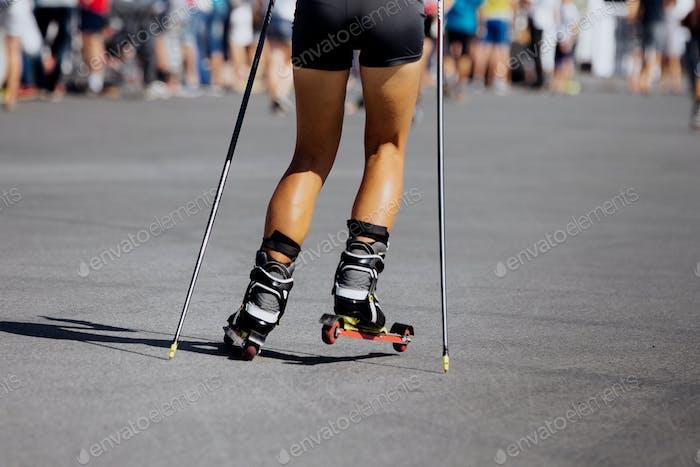 Füße junge weibliche Sportlerin in Ski-Roller