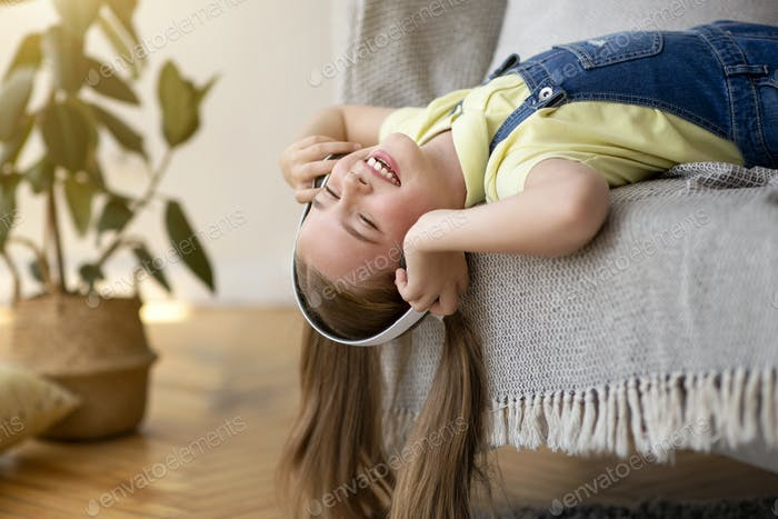Teenager-Mädchen auf dem Kopf liegend auf der Couch