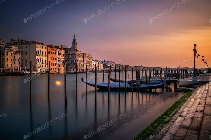 San Marco Campanile mit Gondeln am Canal Grande bei ruhigem Sonnenaufgang, Venedig, Italien, Europa.