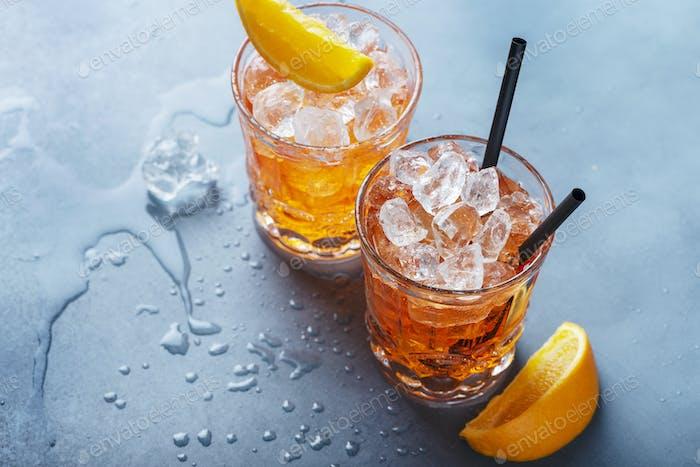 Zwei Gläser eines italienischen Cocktails