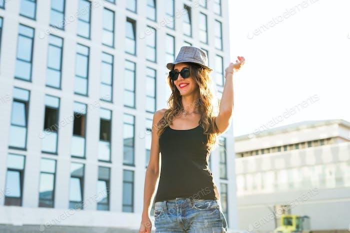 stilvolle Hipster Frau zu Fuß auf der Straße