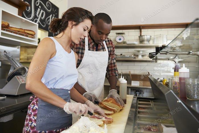 Paar Vorbereitung Sandwiches an einem Sandwich-Bar-Tresen
