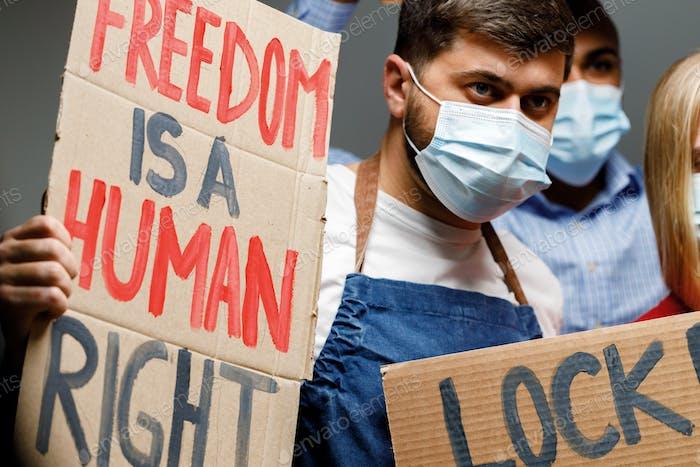 La libertad es un cartel de derechos humanos en manos de manifestante