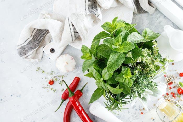 Bündel von aromatischen Kräutern im Mörser auf Küchentisch