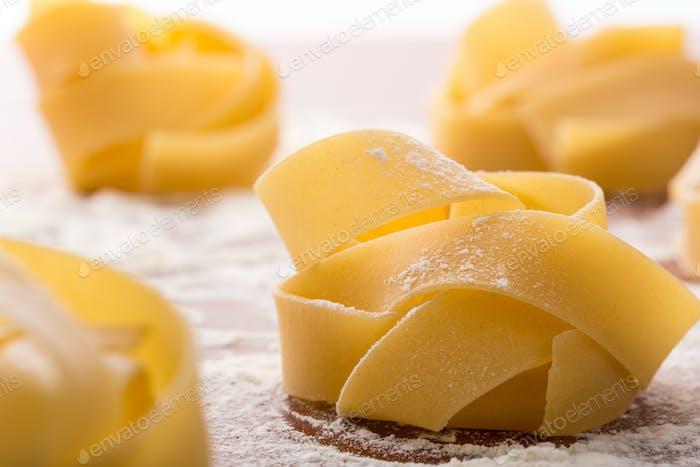 Nudelbrötchen mit Mehl