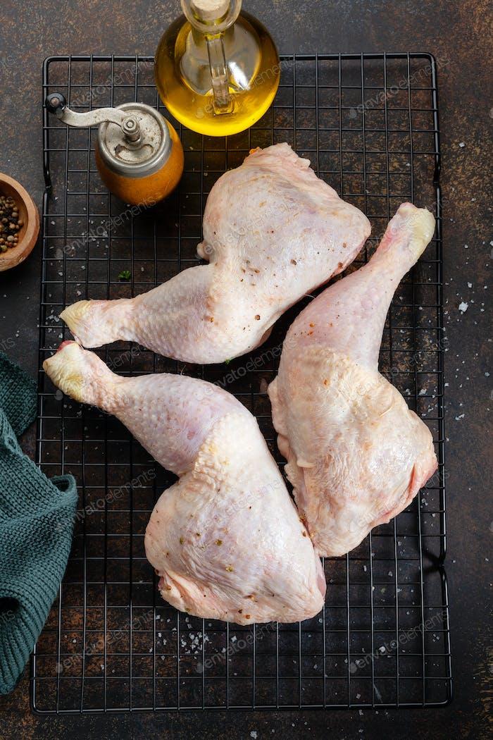 Rohe Hühnerbeine auf dunklem Hintergrund