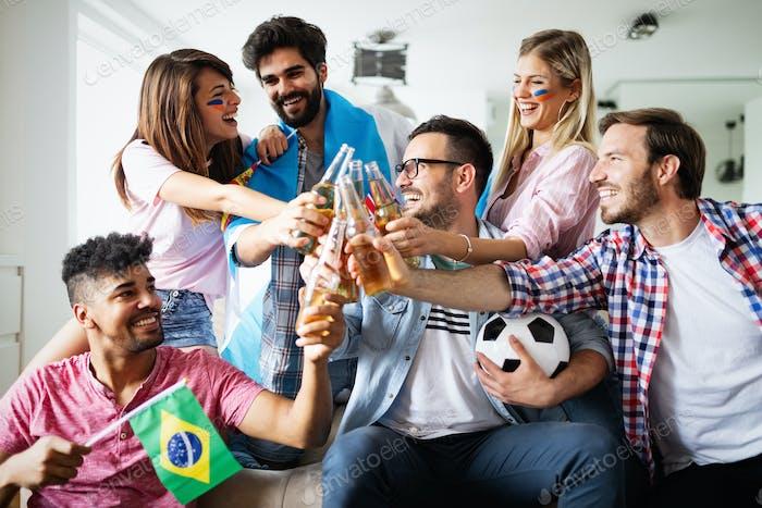 Gruppe von Freunden Sportfans beobachten Fußballspiel Toast