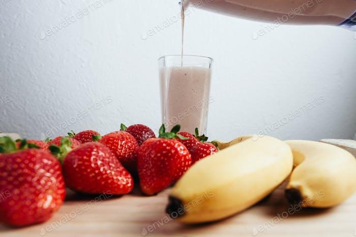 Erdbeere Banane Smoothie frisch gemischt auf Holztisch