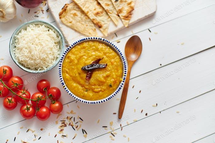 Indianisches beliebtes Essen Dal Braten oder traditionelles Dal Tadka Curry in Schüssel serviert