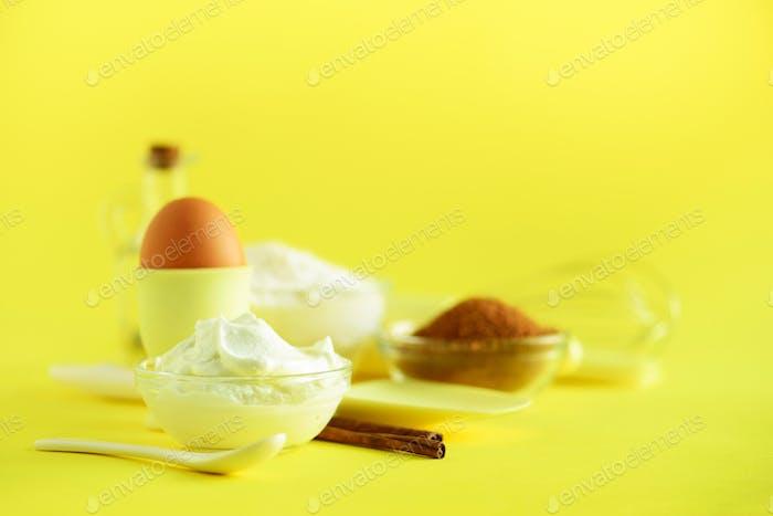 Urlaub Bäckerei Hintergrund. Frame - Butter, Zucker, Mehl, Milch, Eier, Öl, Löffel, Nudelholz