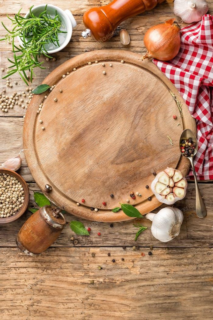 кулинарный фон с пустой разделочной доске и специями на деревянном столе