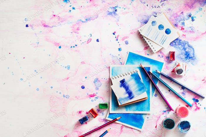 Feminine Artist Workplace mit Aquarell und Skizzen