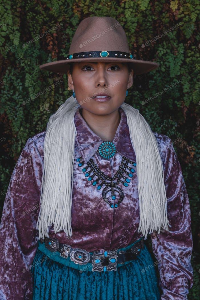 Navajo Frau im traditionellen Kleid in Northern Arizona