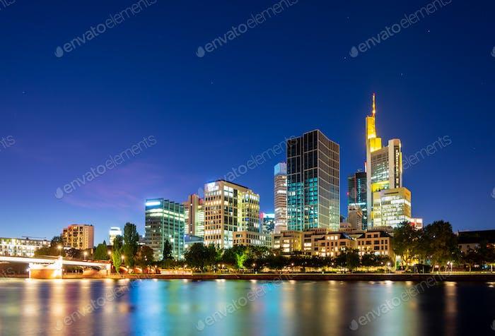 Ночной горизонт Франкфурта у реки Майн