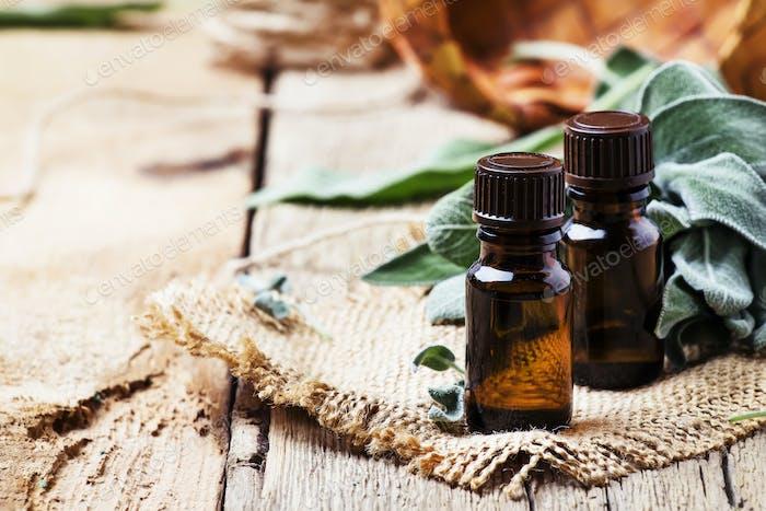 Ätherisches Salbei-Öl in brauner Flasche