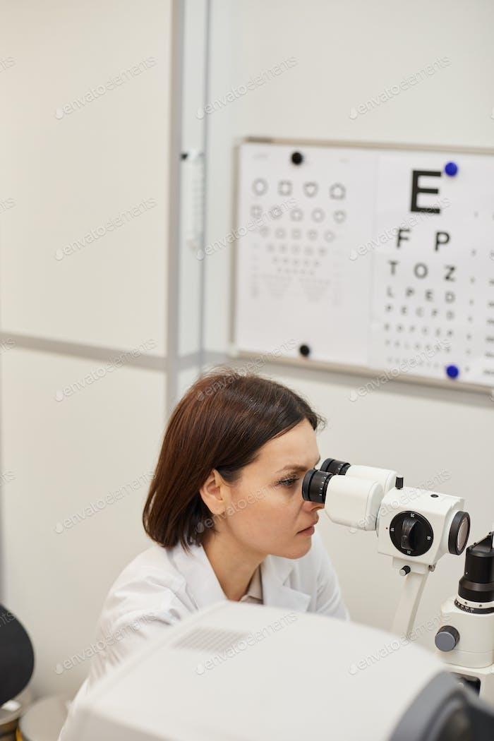 Weibliche Augenarzt mit Vision Test Maschine