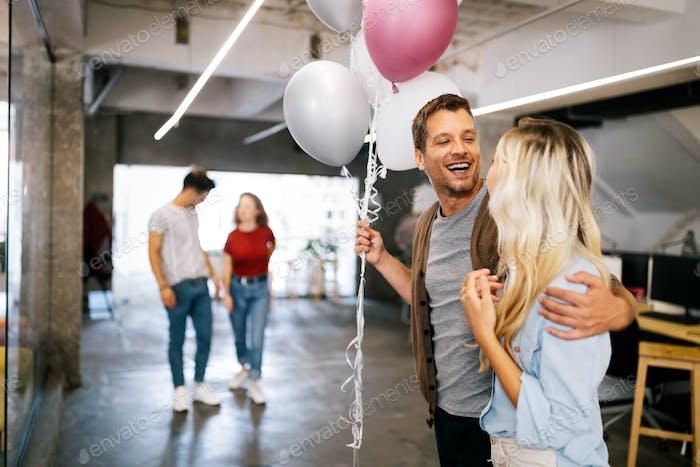 Успешная компания празднует успех бизнеса с коллегами в современном офисе