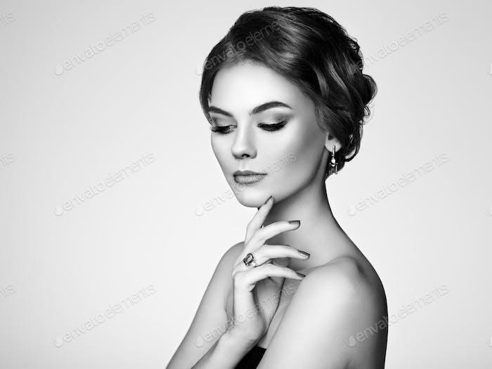 Vertical hermosa Mujer enestado joyería