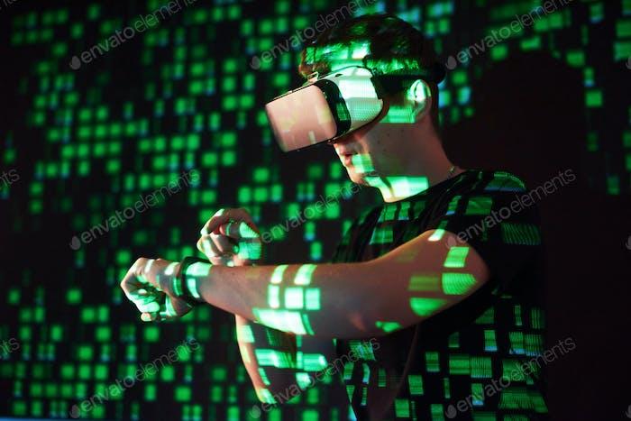 La doble exposición de un hombre caucásico y los auriculares de realidad virtual son presumiblemente un jugador o un hacker