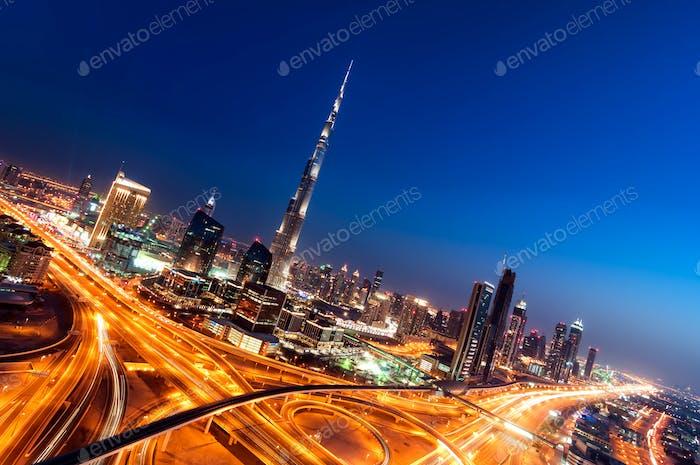 Skyline del centro de Dubái con rascacielos más altos y hermoso cielo azul, Dubái, Emiratos Árabes Unidos