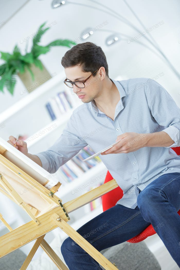 Porträt eines jungen männlichen Künstlers bei der Arbeit