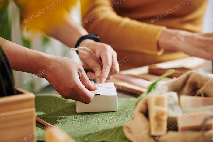 Frauen Verpackung kleine Seifenstangen