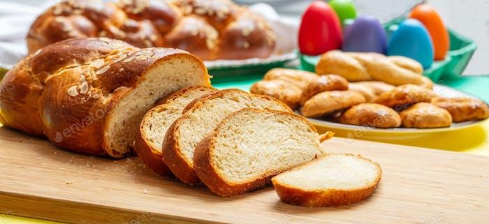 Ostern tsoureki Zopf Scheiben, griechische Ostern süßes Brot, auf Holz