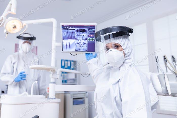 Patienten-Pov beim kieferorthopädischen Arzt, der über die Röntgenaufnahme der Zähne geht