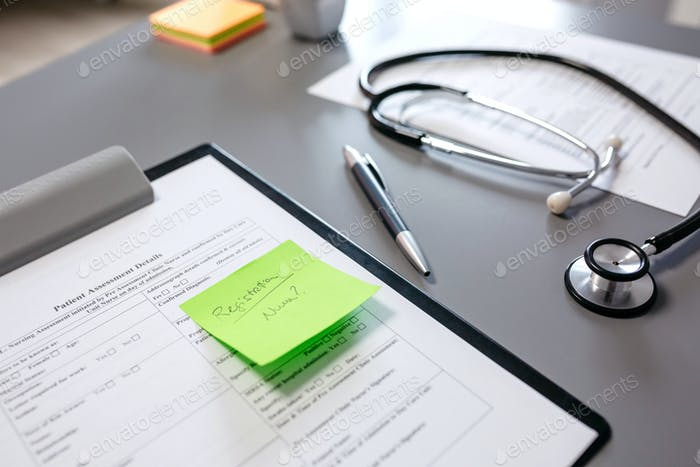 Arzttisch mit Dokumenten und Stethoskop