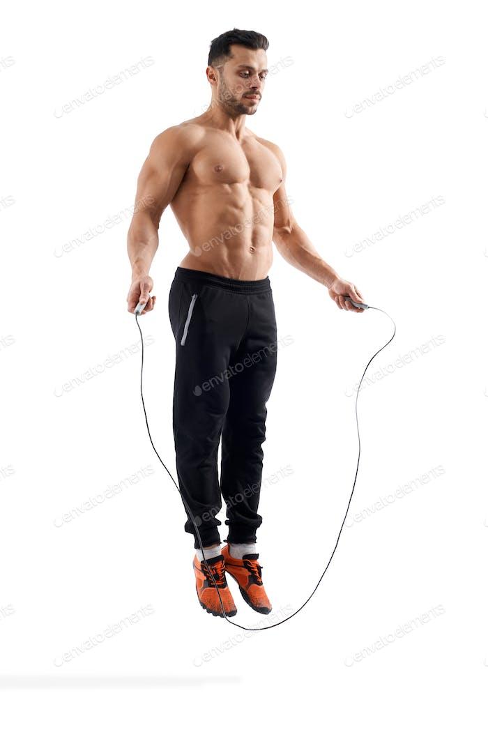 Culturistas sin camisa saltando usando la cuerda