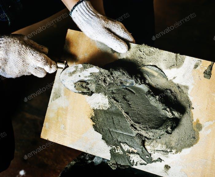 Handyman bereiten Zementeinsatz für den Bau vor